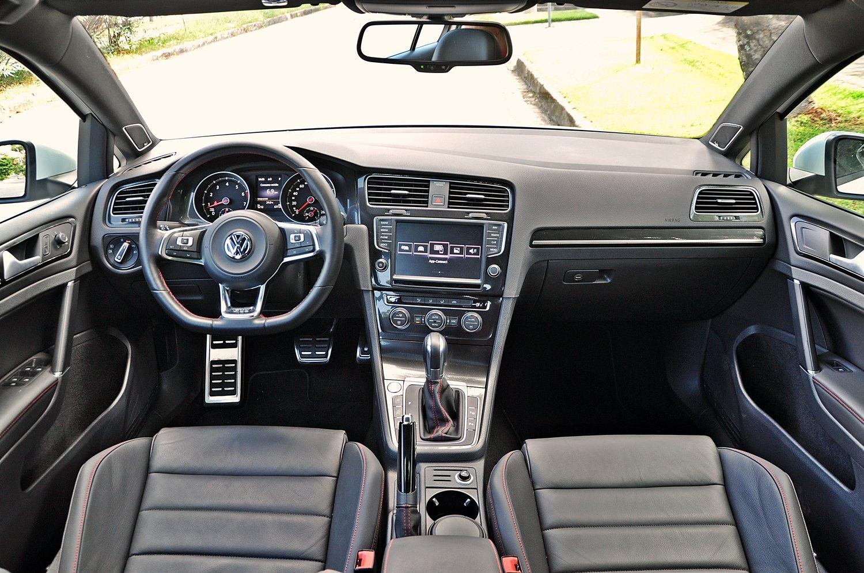 Golf GTI interior: O Golf GTI 2016 com motor importado 2.0 se provou um foguetinho bom de curva, com força em baixas rotações e muita estabilidade.