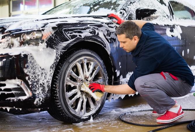 Homem lavando o carro, menos o motor