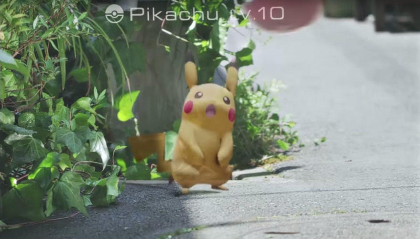 Usuários do Pokémon GO usam seus smartphones para perseguir as criaturas virtuais, se colocando assim em diversos tipos de perigo