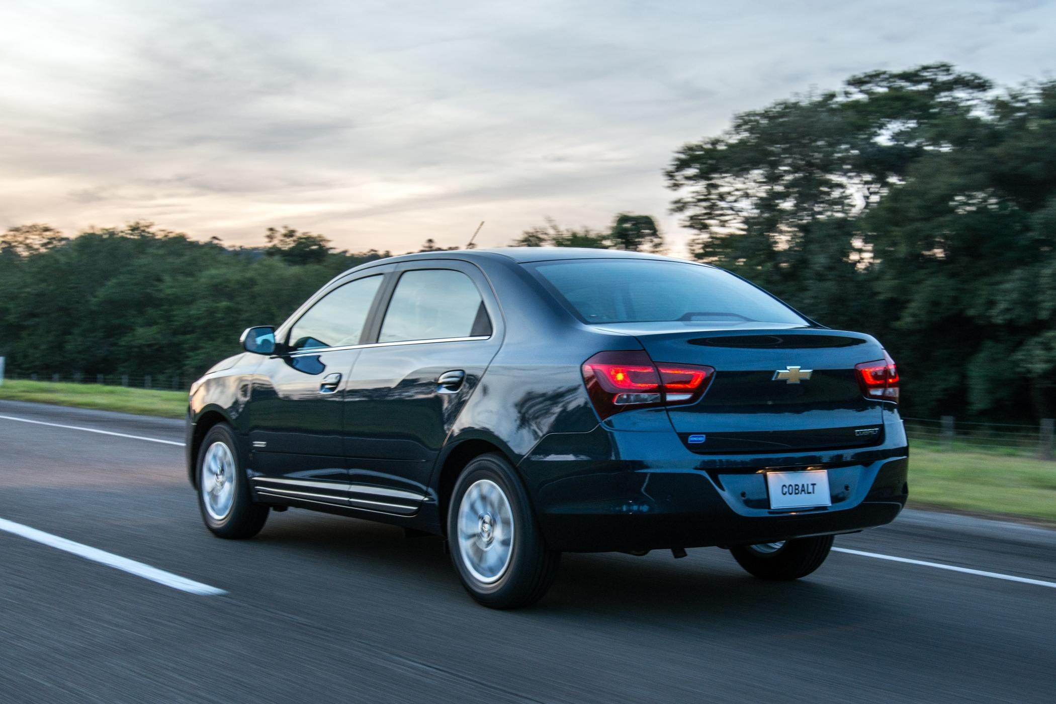 Traseira do Chevrolet Cobalt azul na estrada