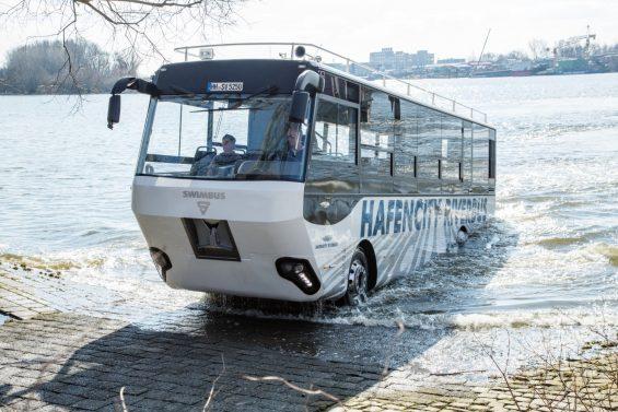 De ônibus no rio Elba: coletivo anfíbio, pioneiro na Alemanha, é usado pelos turistas para conhecer as belezas da histórica cidade de Hamburgo