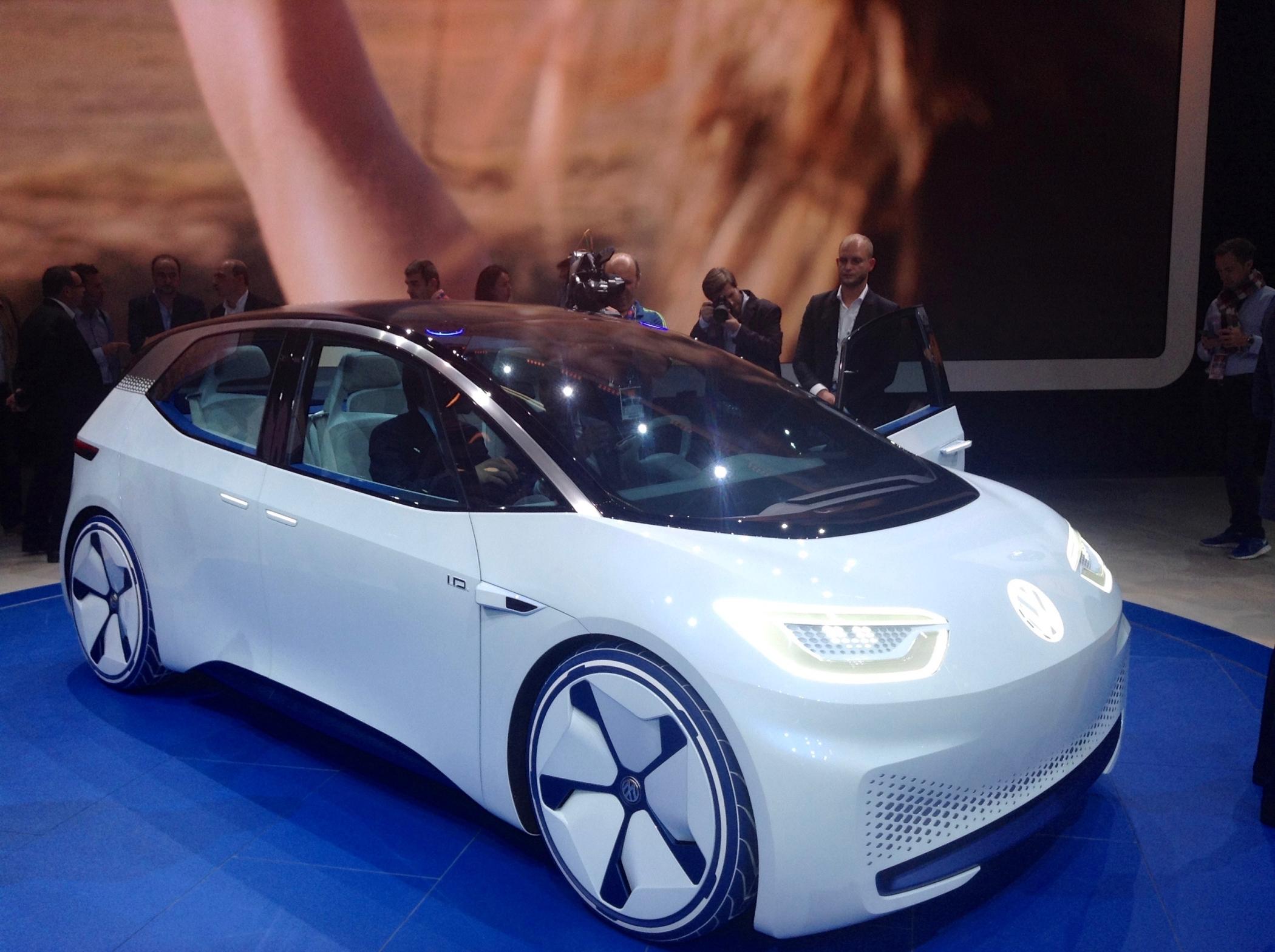 Executivo da montadora confirmou que o Volkswagen I.D. de produção será entre 7 e 8 mil mais barato que o concorrente, Tesla Model 3.