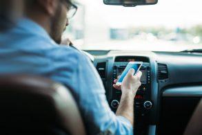 Uso de celular ao volante dá multa até mesmo em sinal vermelho