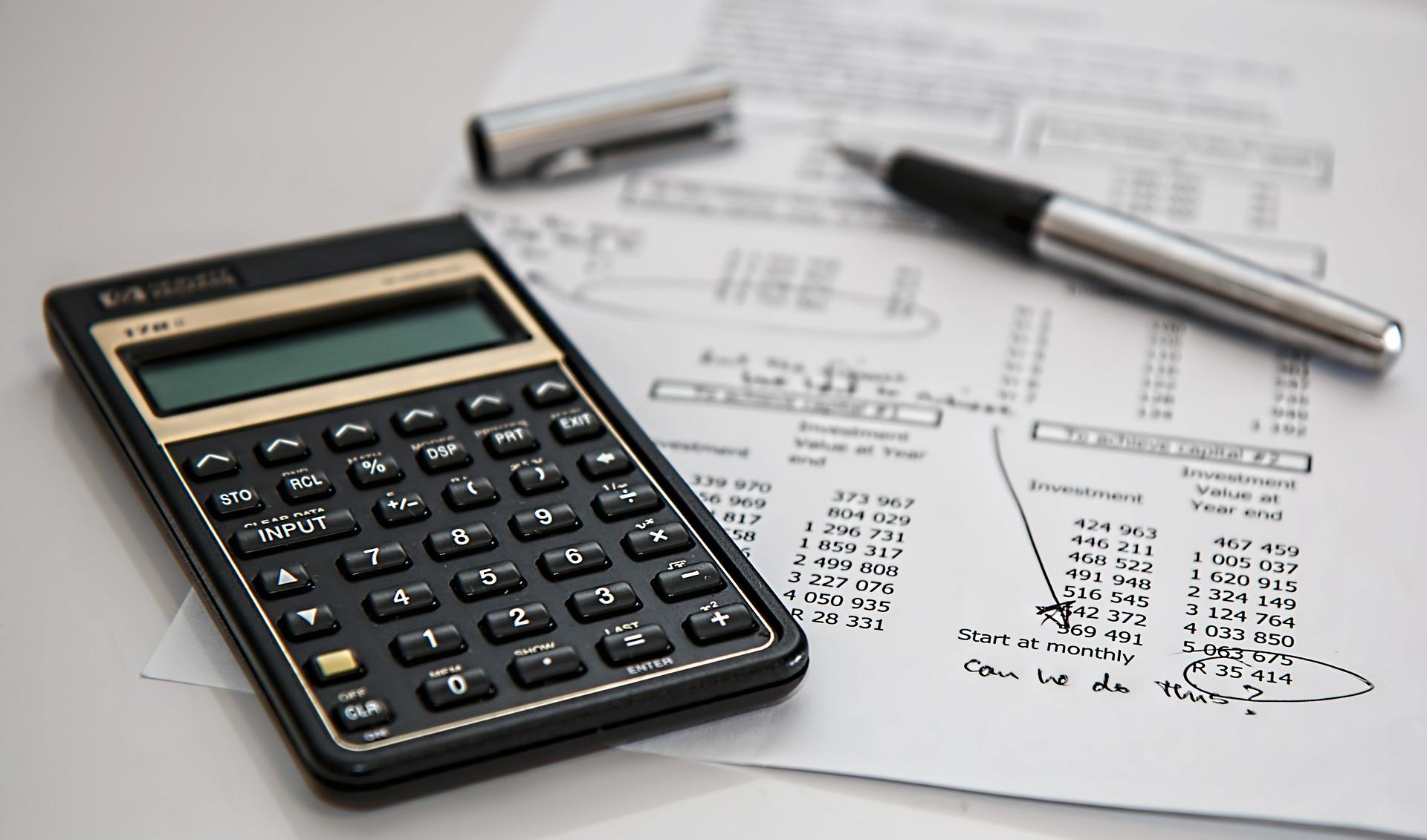 Calculadora, caneta e papel sobre a mesa Contran