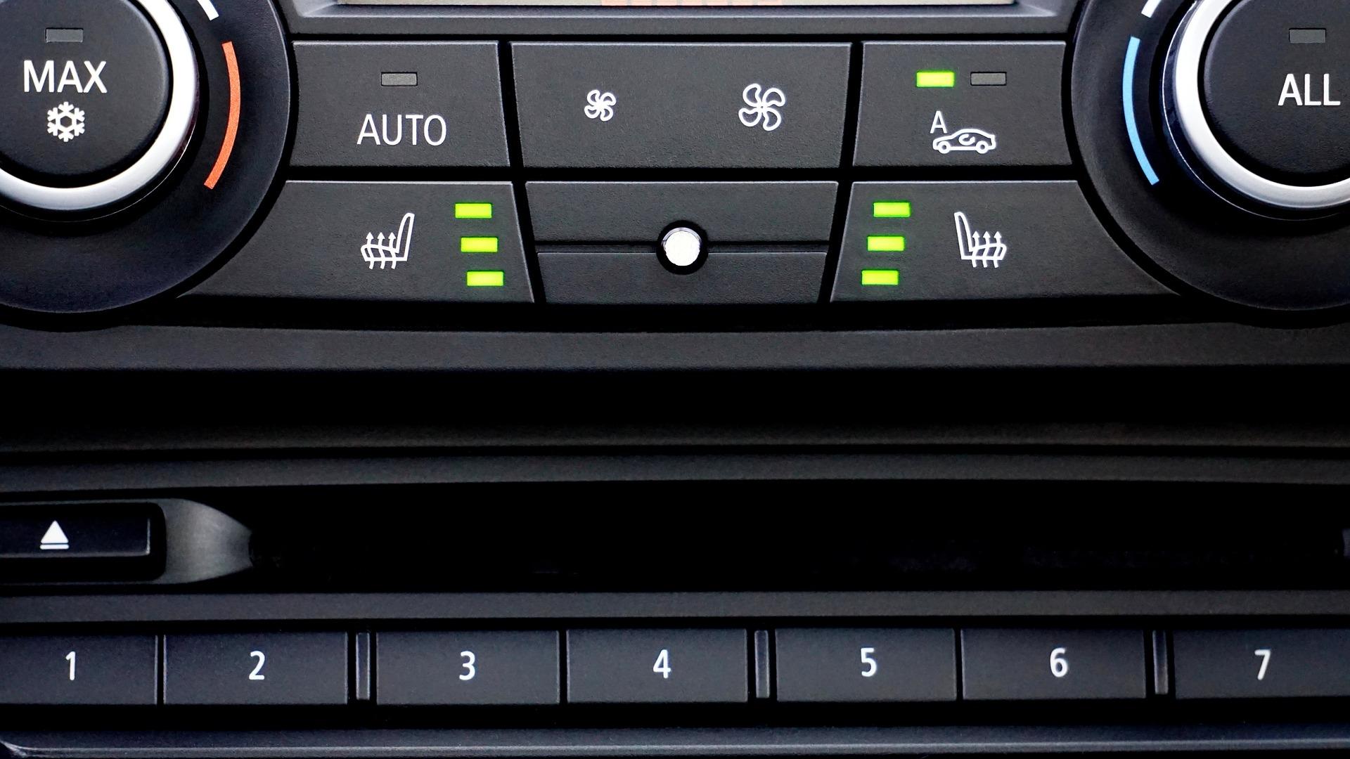Sistema de ar-condicionado automotivo com as teclas em detalhe