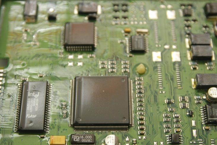 chip da central eletrônica motor do carro em detalhe
