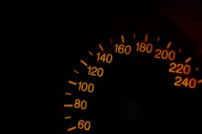 Velocímetro ou GPS? Qual mostra a velocidade real?