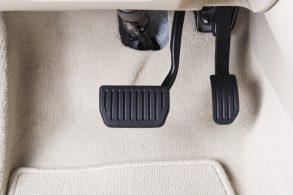 Acelerar antes de desligar e na hora de ligar o automóvel
