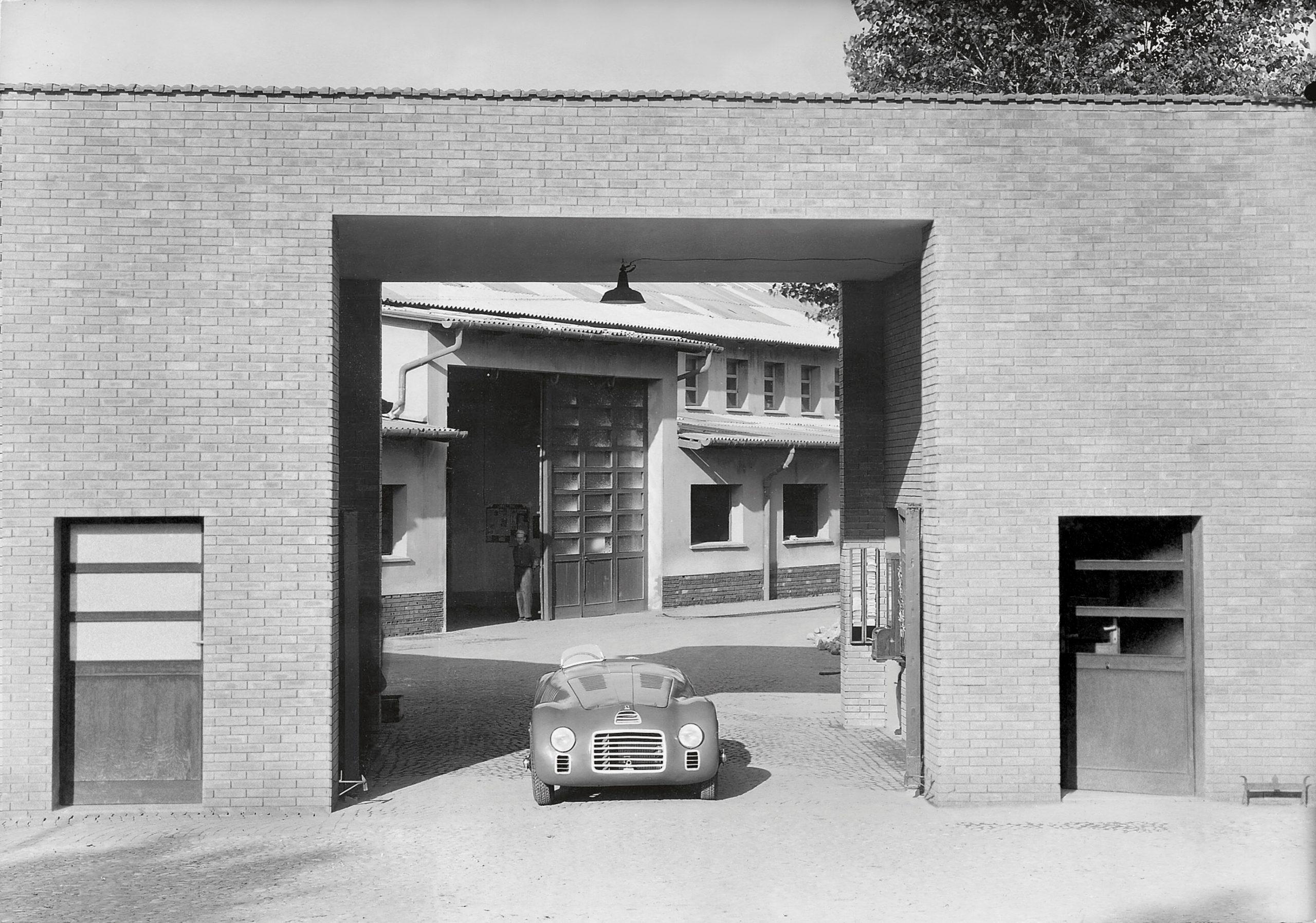 Primeira Ferrari da história deixa a fábrica de Maranello, em 12 de março de 1947 (Ferrari/Divulgação)