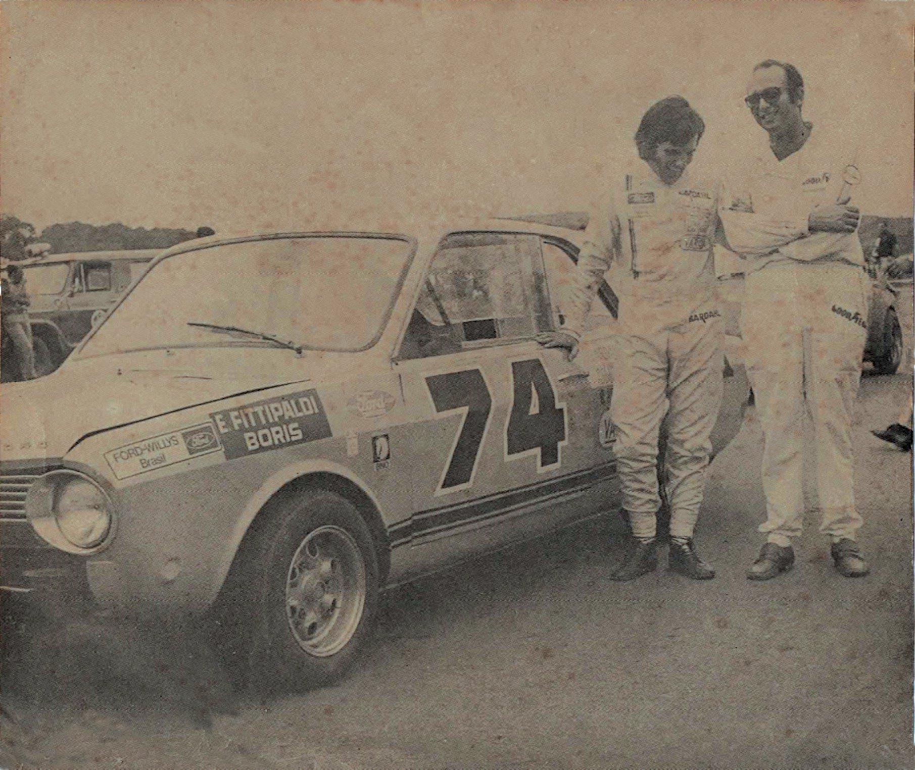 Boris Feldman (esq.) e Emerson Fittipaldi durante corrida em 1970 (Arquivo pessoal)