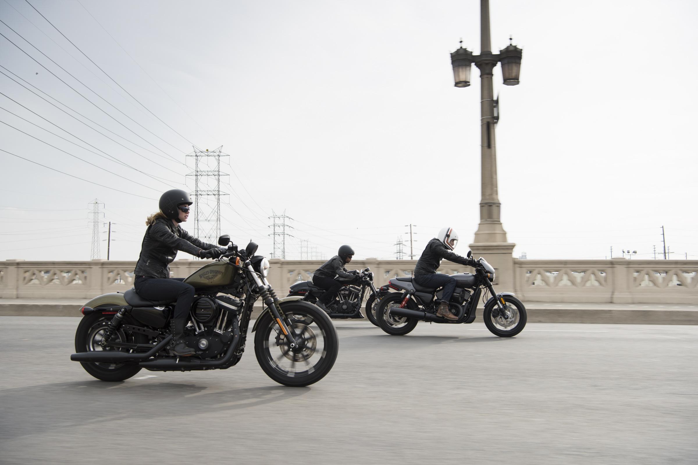 Harley Davidson Street 750 ganha versão mais esportiva e jovem. Street Rod tem alterações no motor, posição de pilotagem, freio e design.