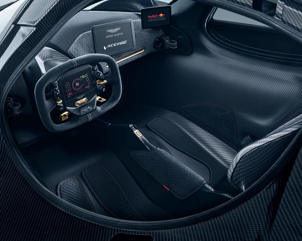 Imagens e informações mais próximas da versão de produção do hipercarro Aston Martin Valkyrie, desenvolvido junto à Red Bull Racing, foram divulgadas.