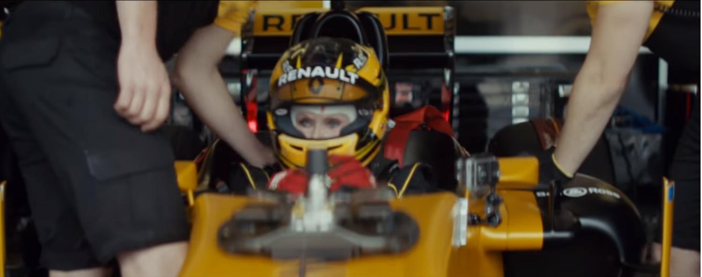 Ex-competidora de rallys, Rosemary Smith é uma piloto de 80 anos que guia um Fórmula 1 da equipe Renault; fabricante celebra 40 anos na categoria.