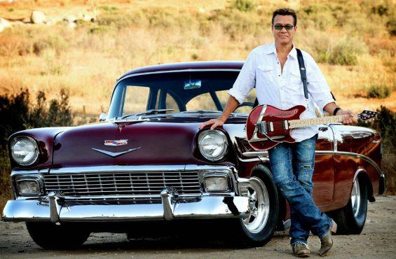 Van Halen ao lado de um Chevrolet Nomad de 1956, acompanhado por uma guitarra customizada de acordo com o veículo (Foto: Reprodução)