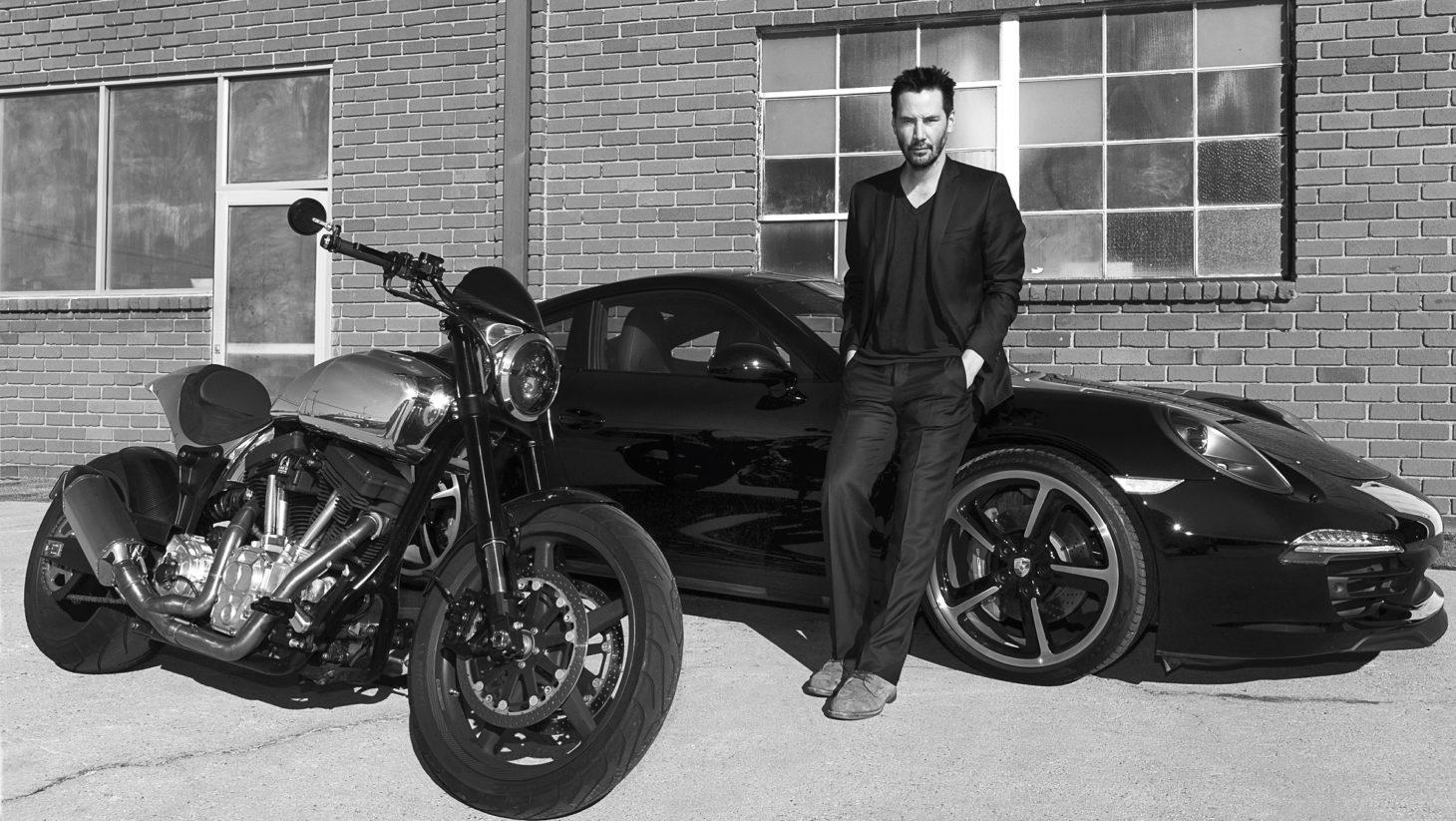 Keanu Reeves com seu Porsche e sua moto (Foto: Reprodução)