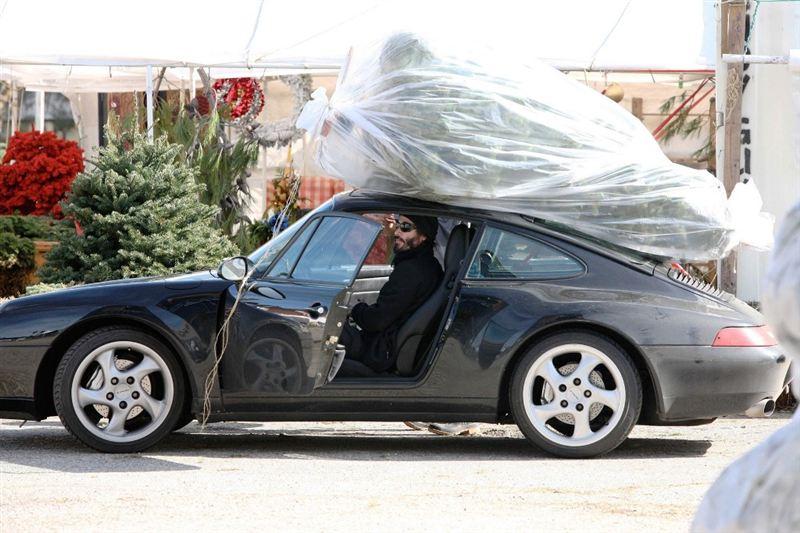 Keanu transportou uma árvore de natal com seu Porsche empoeirado e enfureceu algumas pessoas com isso