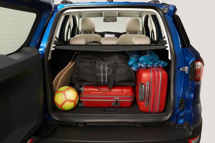 Porta-malas do novo EcoSport com bancos rebatidos e objetos soltos (prancha e skate)