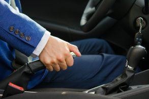 Precisa puxar o freio de mão até o final?