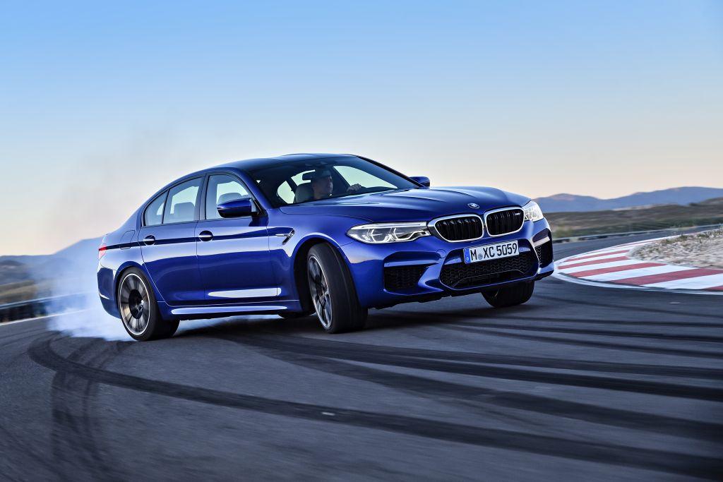 BMW M5: O novo BMW M5 foi apresentado oficialmente, depois da revelação do modelo em Need for Speed: Payback, game da Electronic Arts.