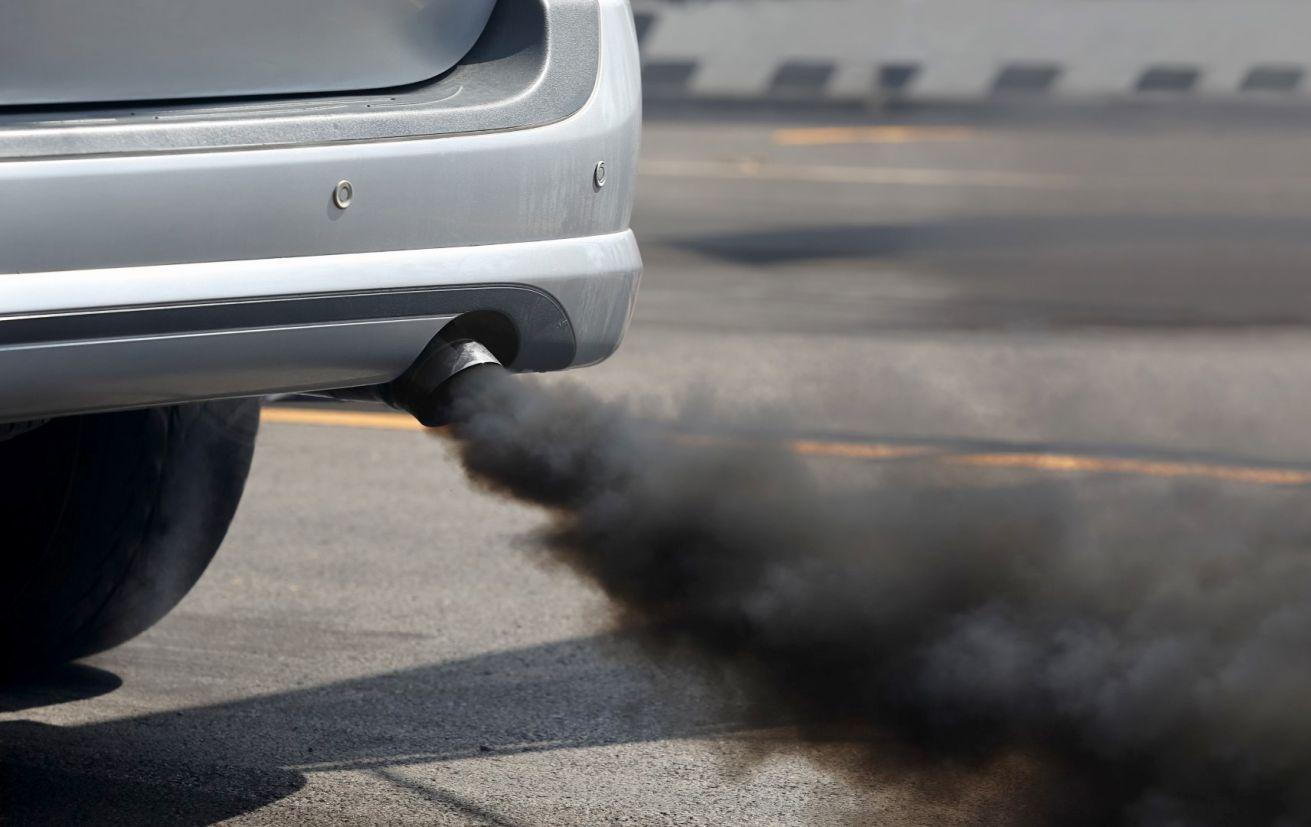 Fumaça preta de carros a diesel: A Volkswagen fraudou 11 milhões de veículos no Dieselgate, poluindo até 40 vezes mais que o permitido em esquema industrial global.