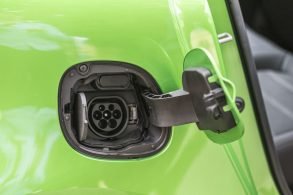 Escova, mulher e automóveis: o futuro da indústria