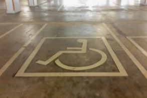 Parou na vaga reservada a idosos ou pessoas com deficiência? A multa pode ficar cinco vezes mais cara
