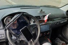 Motorista é multado com tablet e iPhone presos ao volante