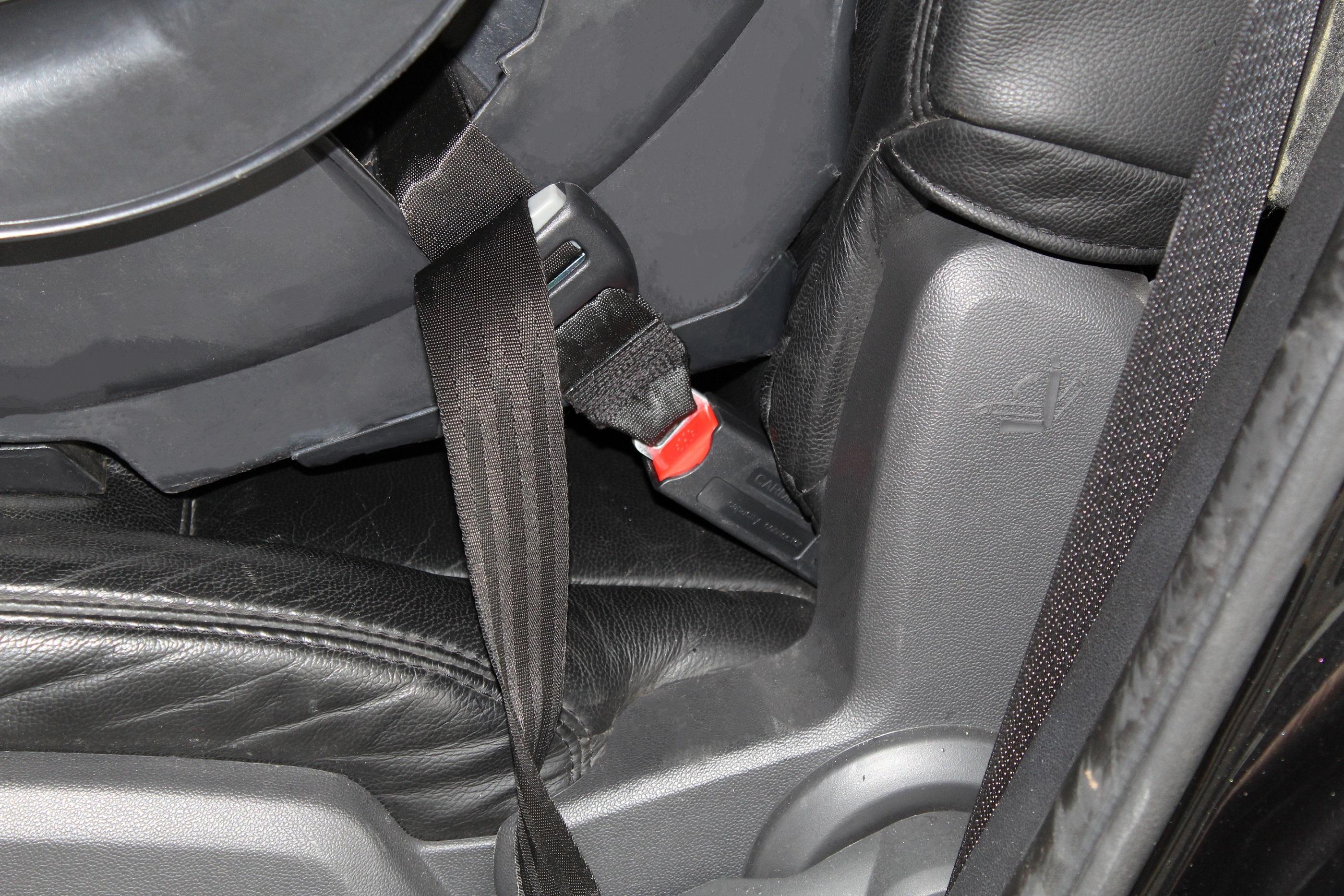 Adaptador para Isofix se encaixa no suporte do carro e pode ser usado com qualquer cadeirinha infantil, junto ao cinto de segurança.