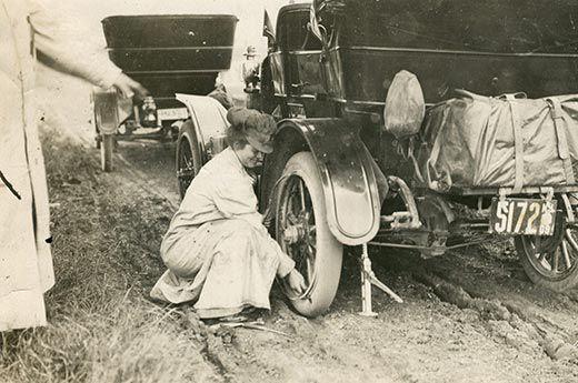 alice trocando um pneu durante sua aventura detroit public library