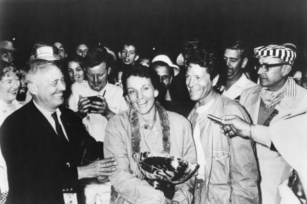 denise mccluggage recebe o trofeu pelas 12 horas de sebring 1961 ahof