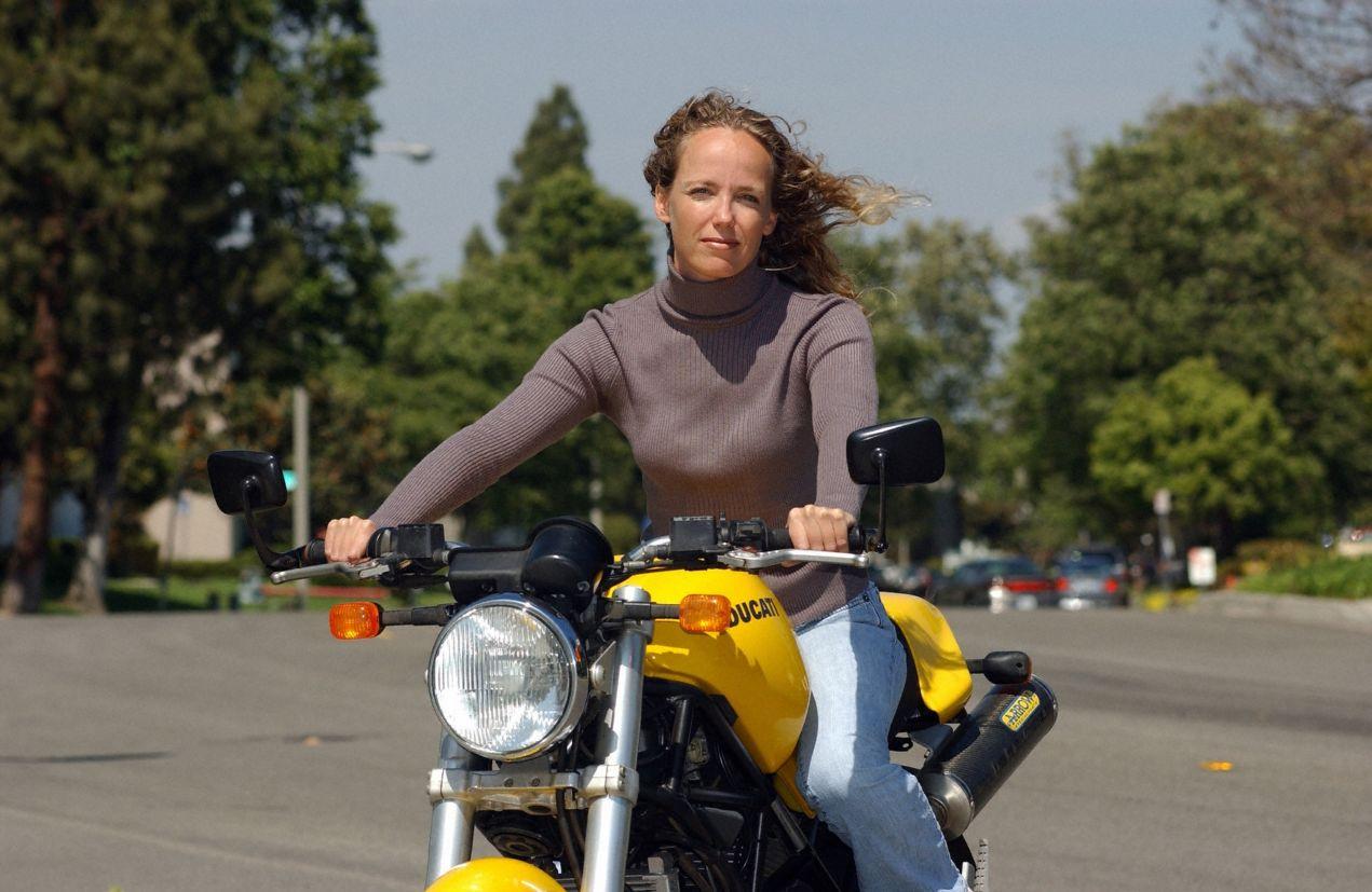 Tisha Johnson em sua moto, 2004 (Volvo/Divulgação)