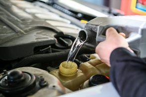Mantenho o carro ligado para completar o líquido do radiador?