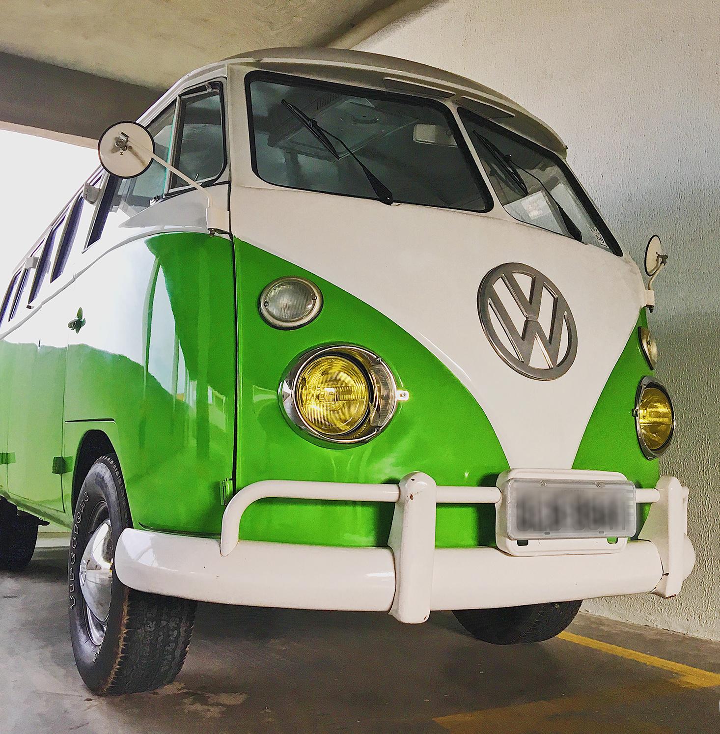Kombi 1972 Corujinha verde restaurada pela criadora da marca La Kombi