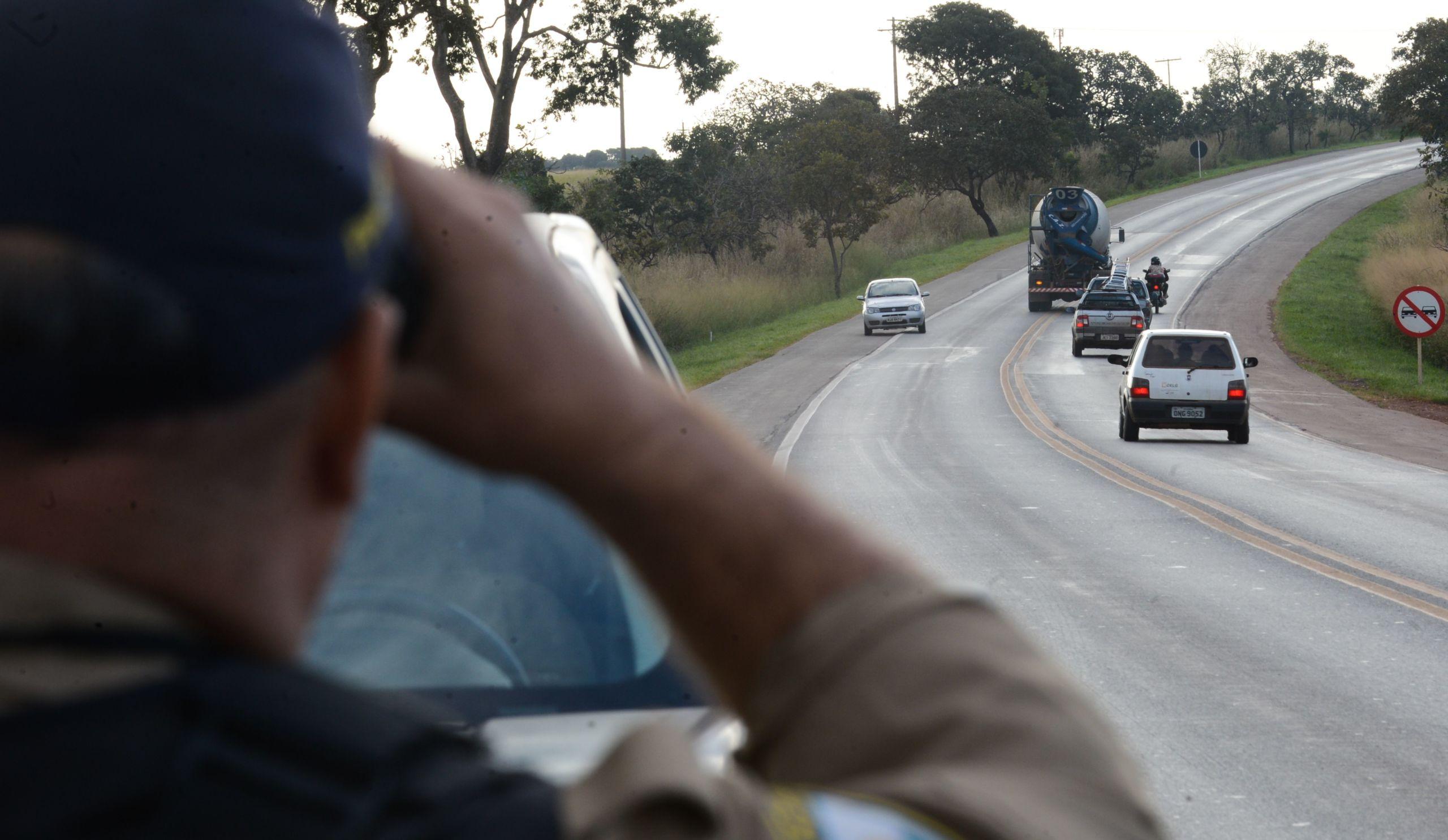 Policiais Rodoviários Federais autuando motoristas infratores carnaval