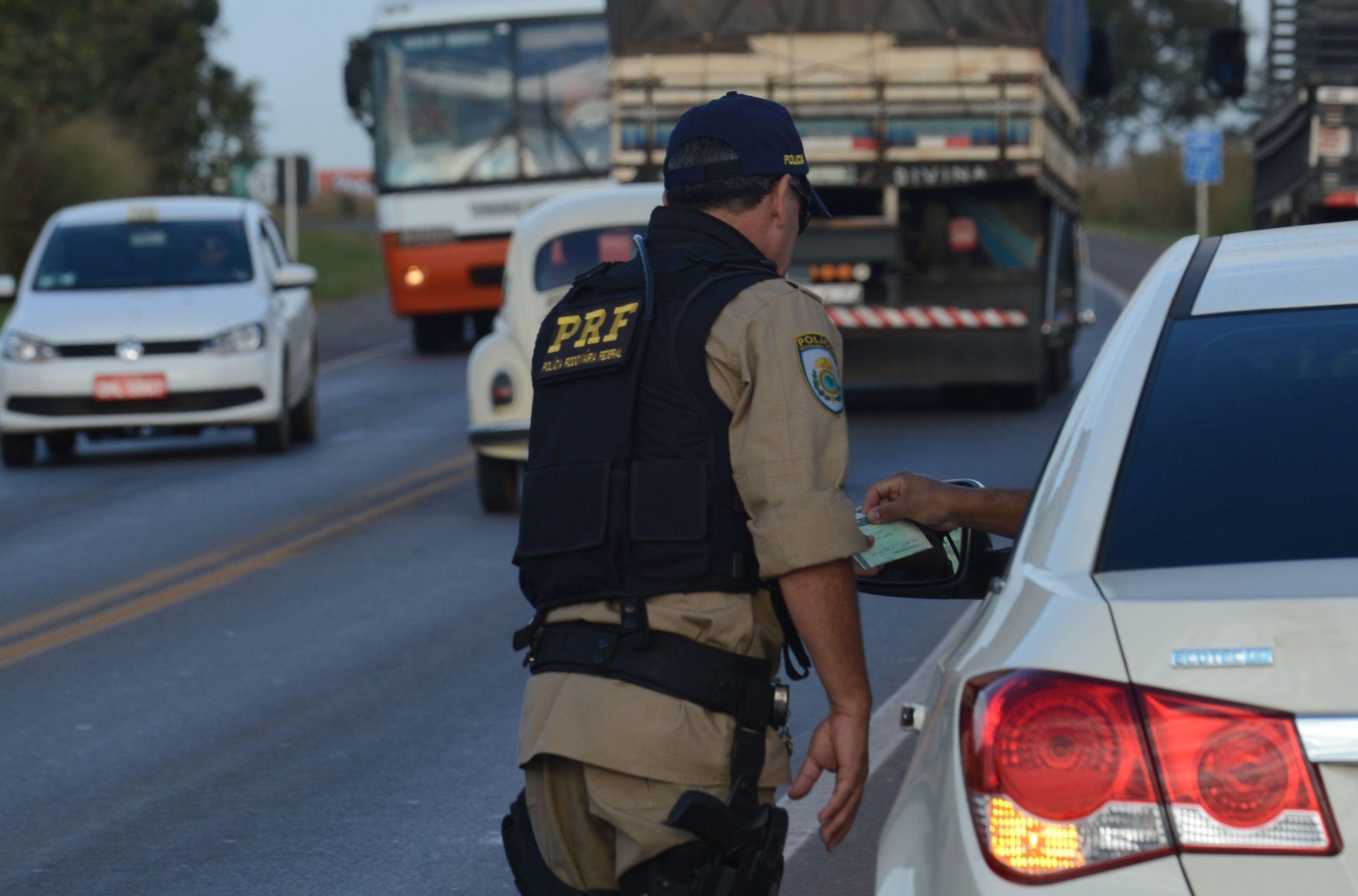 PRF contabilizou que 2017 teve mais infrações e menos mortes nas estradas/ licenciamento