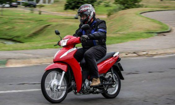 Teo Mascarenhas testando a nova Honda Biz