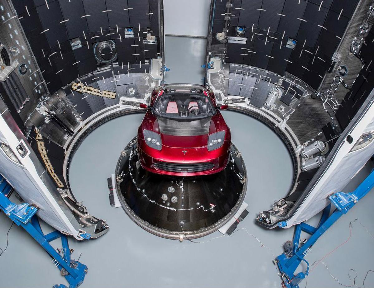 Tesla Roadster dentro de SpaceX Falcon Heavy: Criador da marca deixou o cargo de presidente da Tesla após acordo com comissão financeira dos EUA, que o acusou de má conduta por comentários no Twitter.