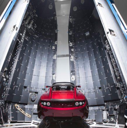CEO da Tesla e SpaceX, Elon Musk exibe imagens de um Roadster dentro do foguete Falcon Heavy, prestes a se tornar primeiro carro no espaço.