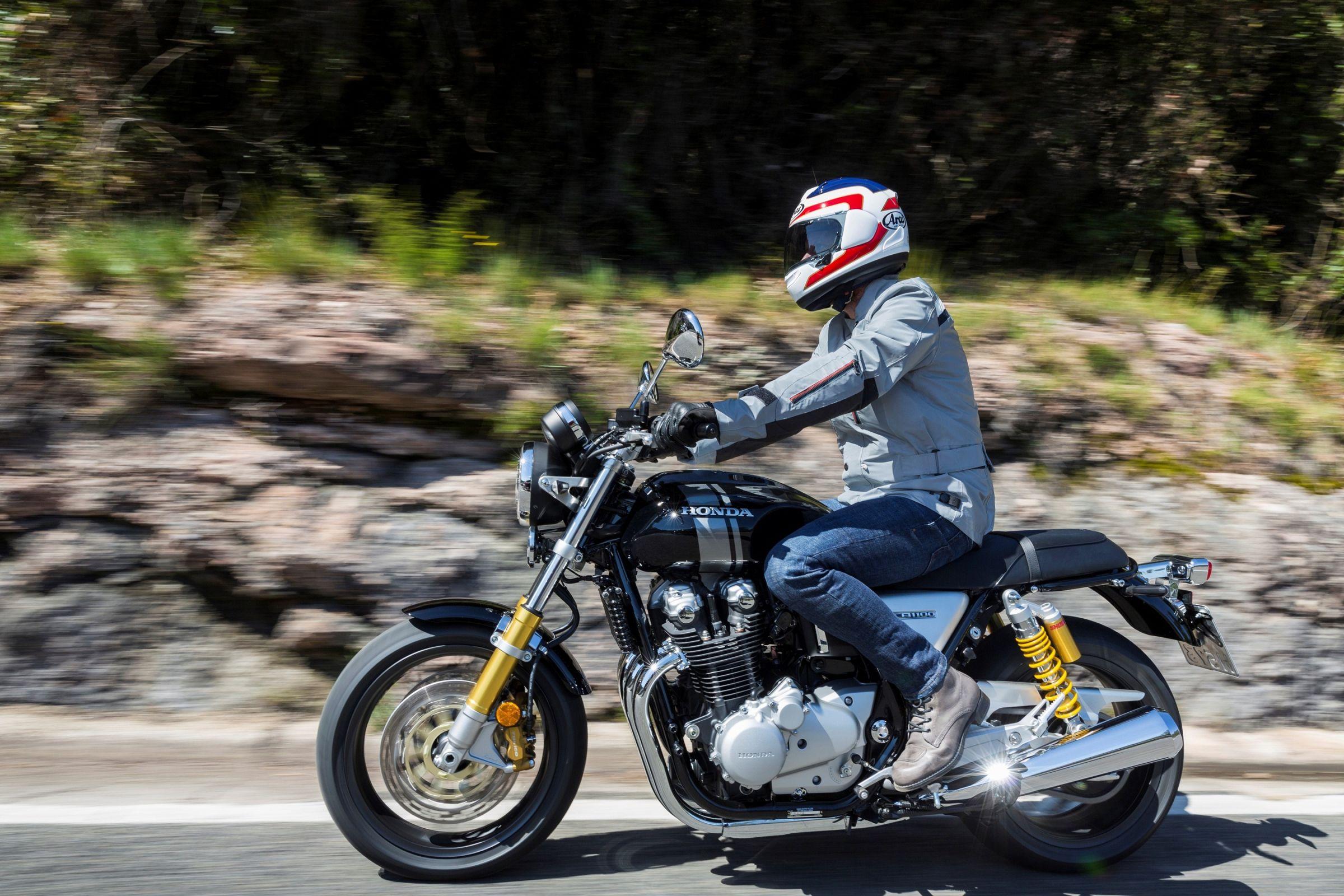 Honda CB 1100RS tem guidão largo e posição de pilotagem mais em pé