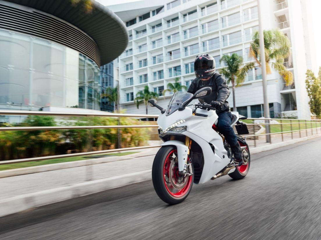 """Ducati SuperSportS tem motor com dois cilindros em """"L"""" que fornece 113 cv"""