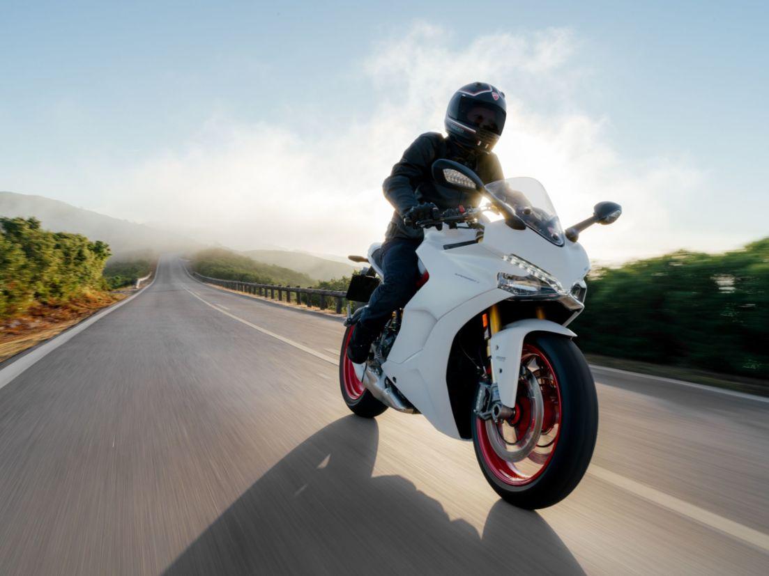O para-brisa pode ser regulado na altura na Ducati SuperSportS