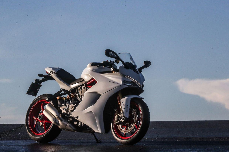 Ducati SuperSport S tem controle de tração, modos de pilotagem e quick shift