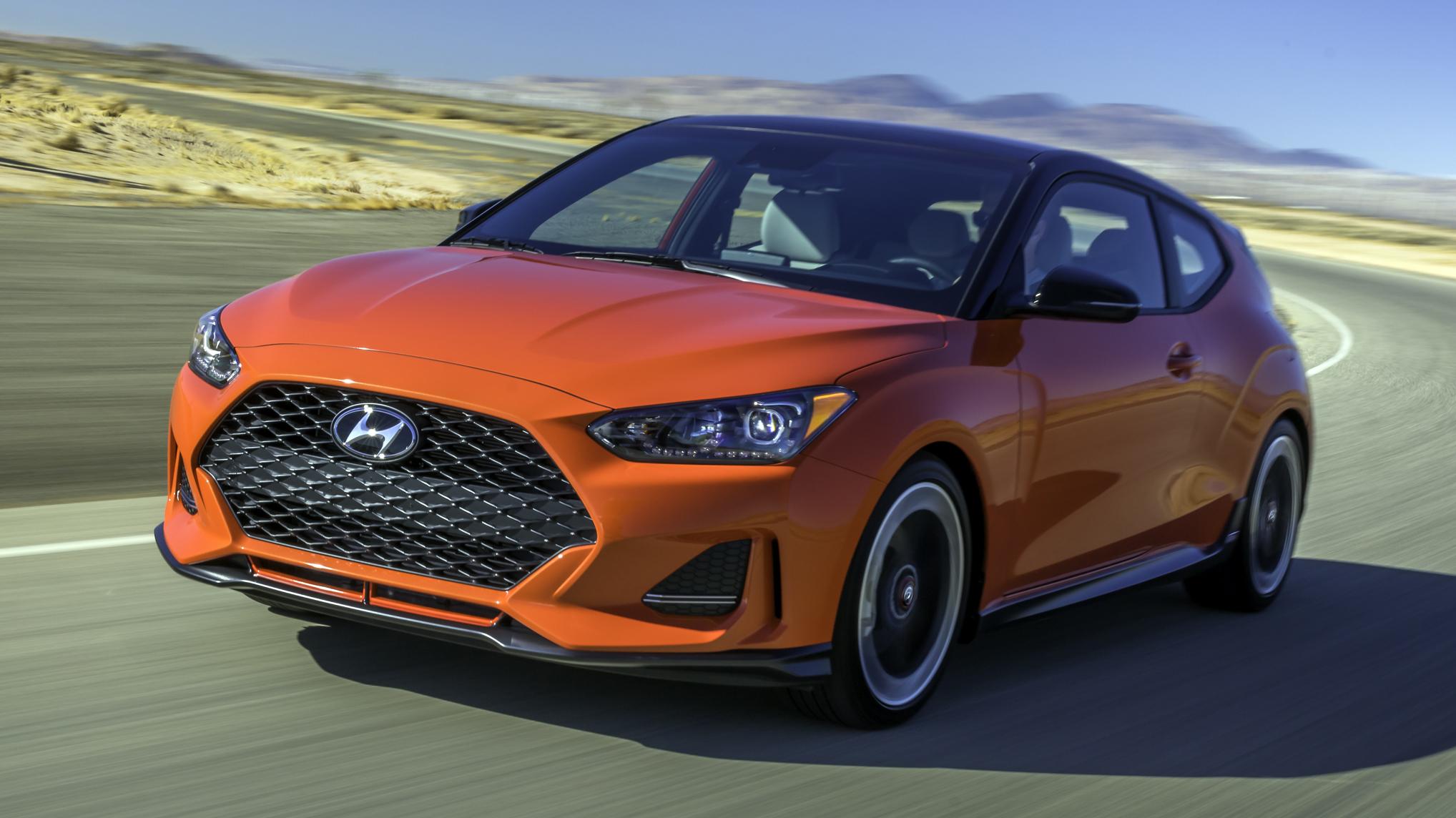 carros vendidos na Argentina: hyundai veloster turbo laranja de frente