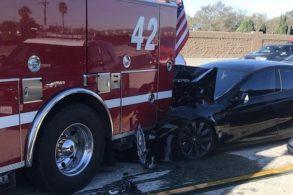 Em modo autônomo, Tesla Model S se envolve em acidente