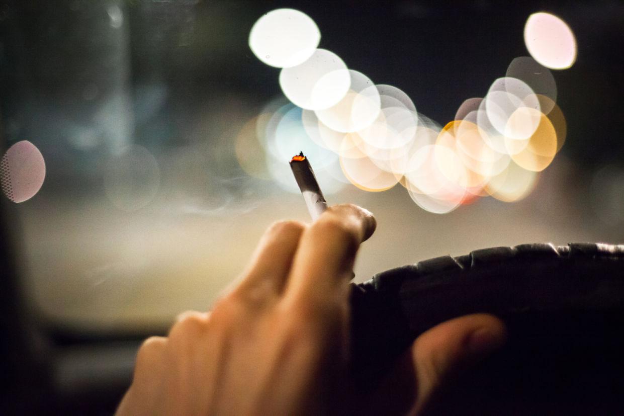 Proposta quer proibir fumar enquanto dirige