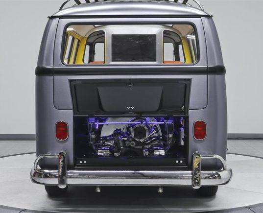 """Kombi 1967 é transformada em máquina do tempo. Adaptação é uma homenagem ao DeLorean, de """"De volta para o futuro""""; Perua foi colocada a venda por 150 mil dólares em 2016"""