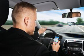 Uso de celular na França é proibido até mesmo com carro parado