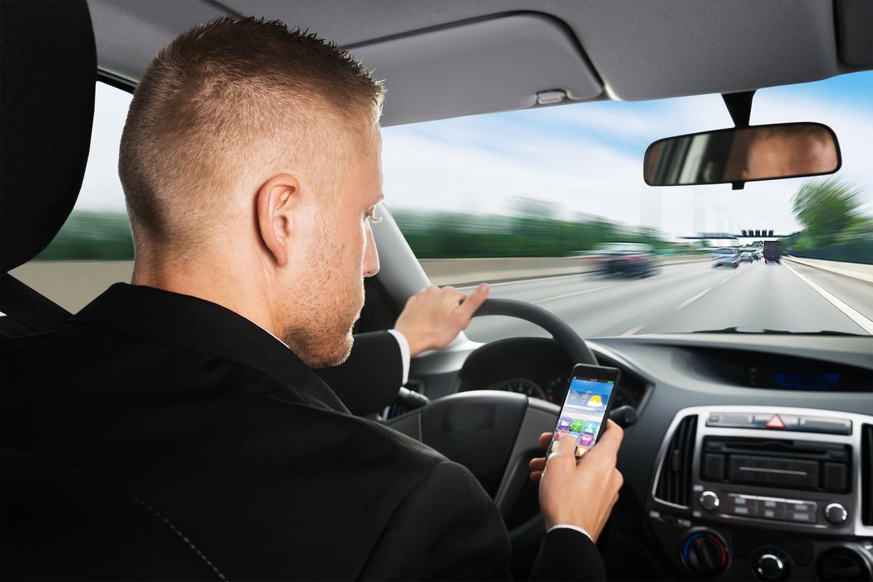 o uso de celular na frança foi proibido até mesmo para motoristas em veículos parados