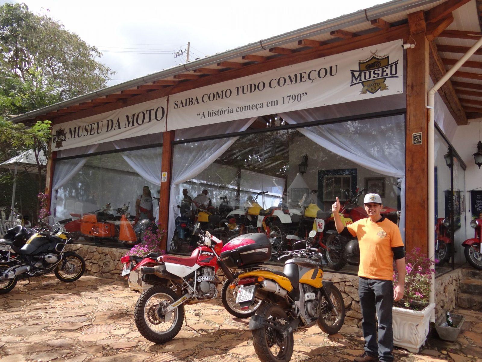 romulo filgueiras e a fachada do museu da moto