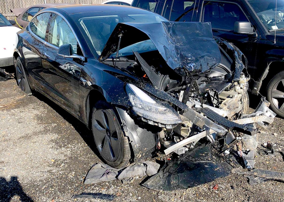 Imagem do acidente com Model 3 publicada pelo motorista batida frontal segurança